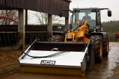 JCB Agri: Bucket brush cleans up in the yard and on the road