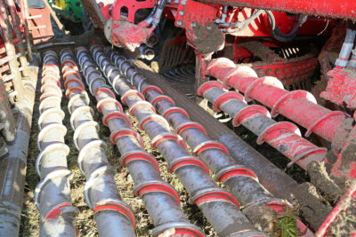 The new rollerbed has seven 100mm rollers; the first two spiral rollers take the beet outwards while the rest gather the crop to the centre.
