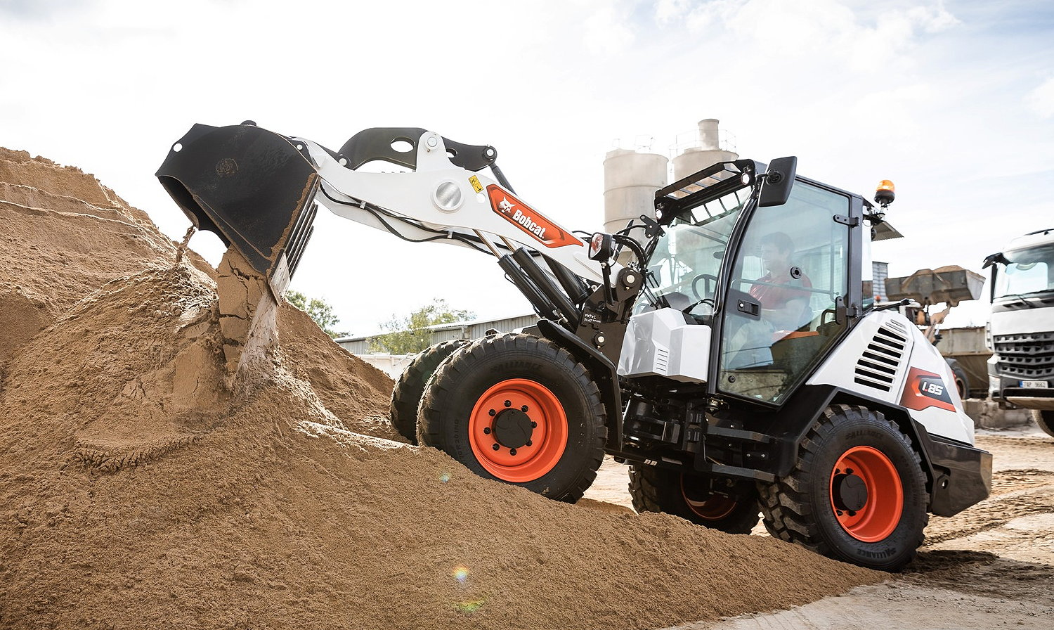The standard bucket on the Bobcat L85 has a capacity of 0.8 cubic metres