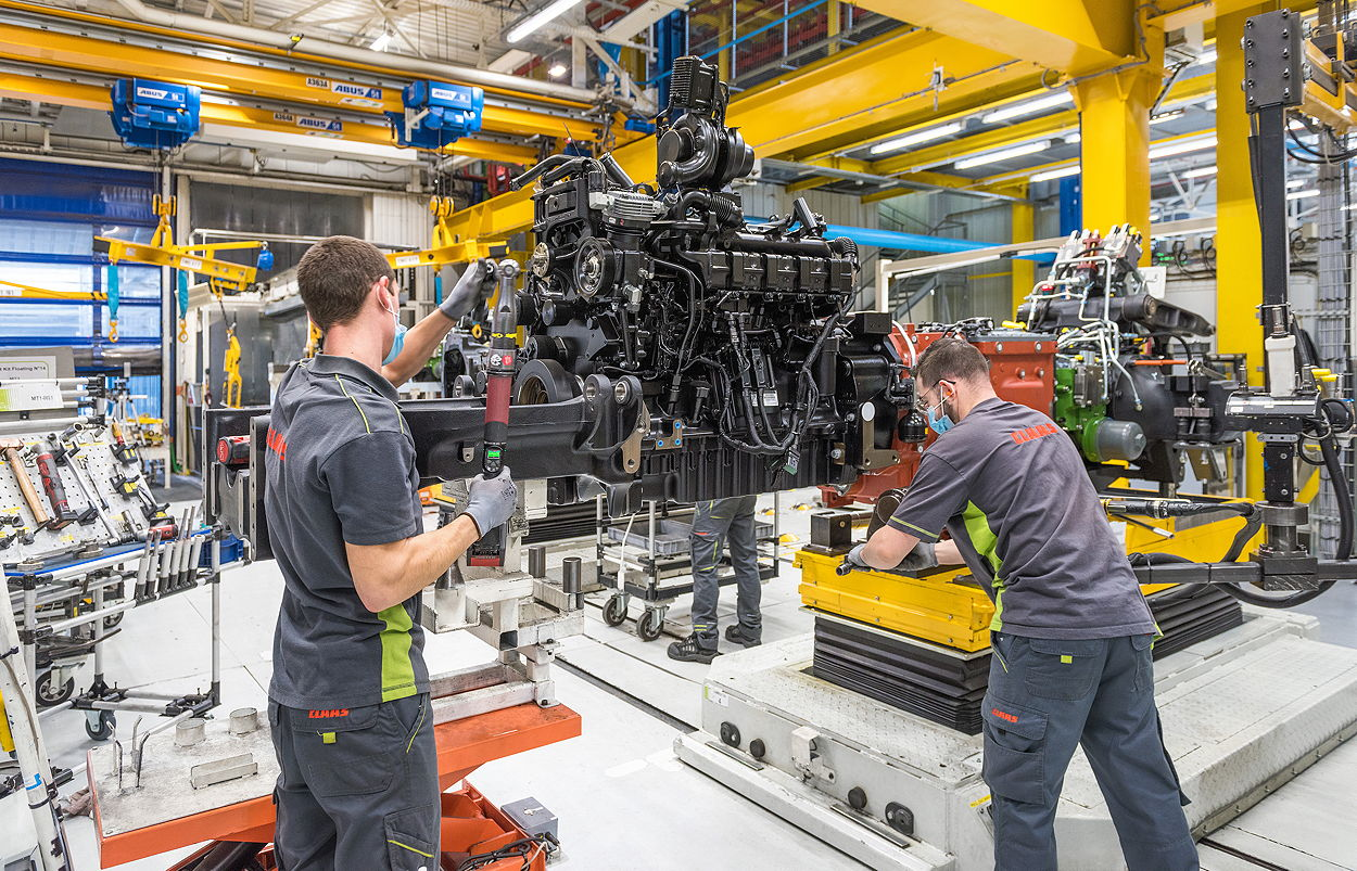 40 AVGs with a load capacity of up to 20t carry the tractors around the Le Mans plant during assembly