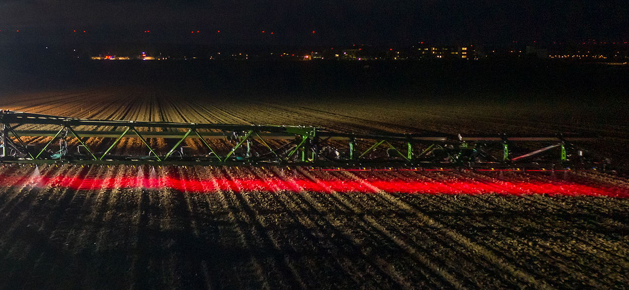Specially developed LED lighting technology allows reliable operation of the UX5201 SmartSprayer in the dark