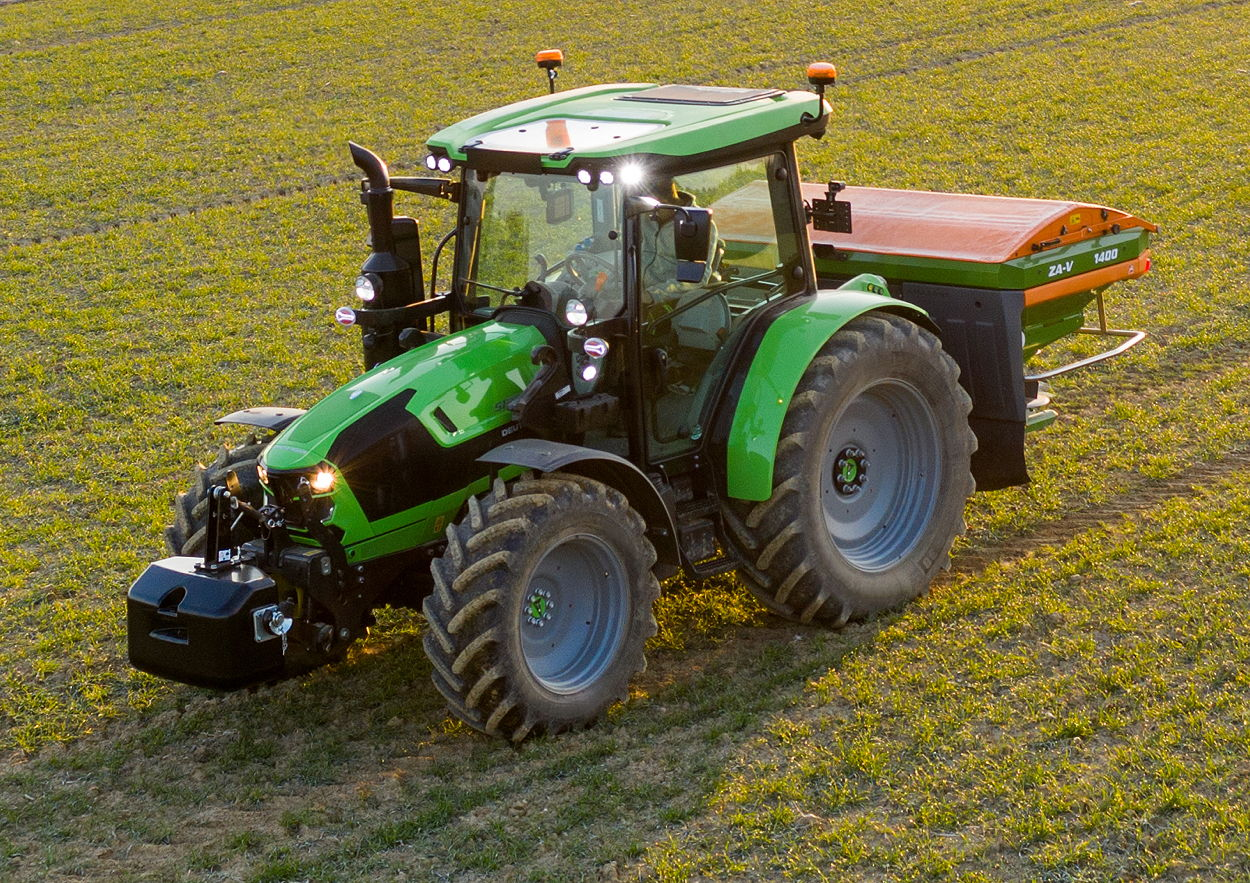 The new 5 Series from Deutz-Fahr is available with CTM telematics connectivity that allows access to the tractor's performance data, providing precise information on its position, diesel consumption, average speed and working hours, as well as any error or information codes, from the farm office
