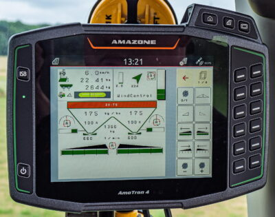 The settings for the fertiliser spreader are permanently recalculated and automatically adjusted via the high-frequency wind sensor